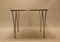 Fritz Hansen bord med grå bordplade.